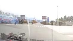 太危险!男子骑摩托横穿马路,被直接撞飞!